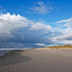 Breiter Sandstrand an der Küste Westjüdlands