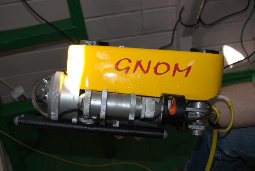 Der gelbe Gnom ist ein ferngesteuertes Fahrzeug.