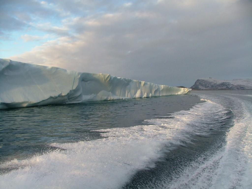 Sicht vom Boot auf einen Eisberg in Grönland