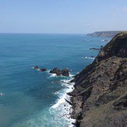 Graue, felsige Steilküste an der Atlantikküste Portugals