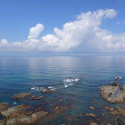 Felsen im Wasser vor der Küste