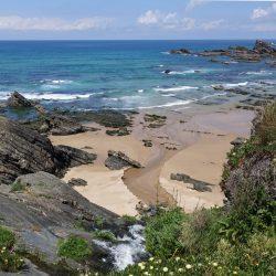 zerklüftete Felsen am Strand