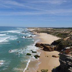 Weiter Blick über felsige Strandlandschaft