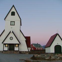 Sakrapolar: Weiße Kirche mit rotem Dach