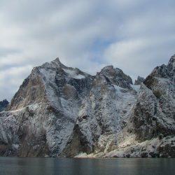 Graues Wasser vor grauen Bergen