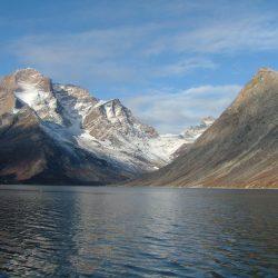 Fjord geht direkt in steile Berge über