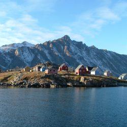 Die Siedlung vom Wasser aus fotografiert