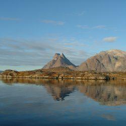 Berge und Fjord in den ersten Sonnenstrahlen