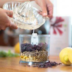 Pesto-Zubereitung mit Algenflakes